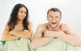 pareja-cama-risas
